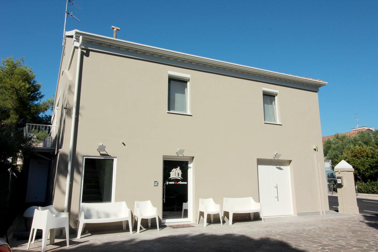 La struttura del b b la casa in ancona affittacamere for Piani di casa con campo sportivo al coperto